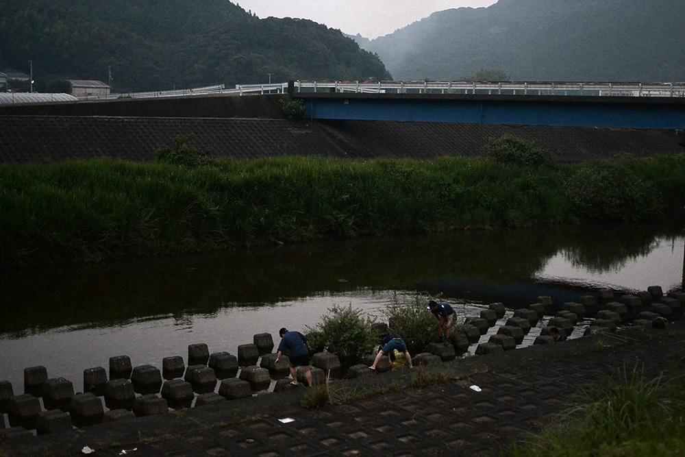 日和佐川でテナガエビ漁に精を出す大人たち。夕暮れの、田畑の匂いを少し含んだしっとりした空気もまた魅力