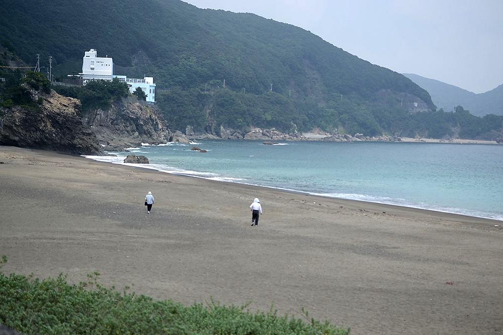 ウミガメが産卵に来る大浜海岸。夏場にはトライアスロンの海上にもなる