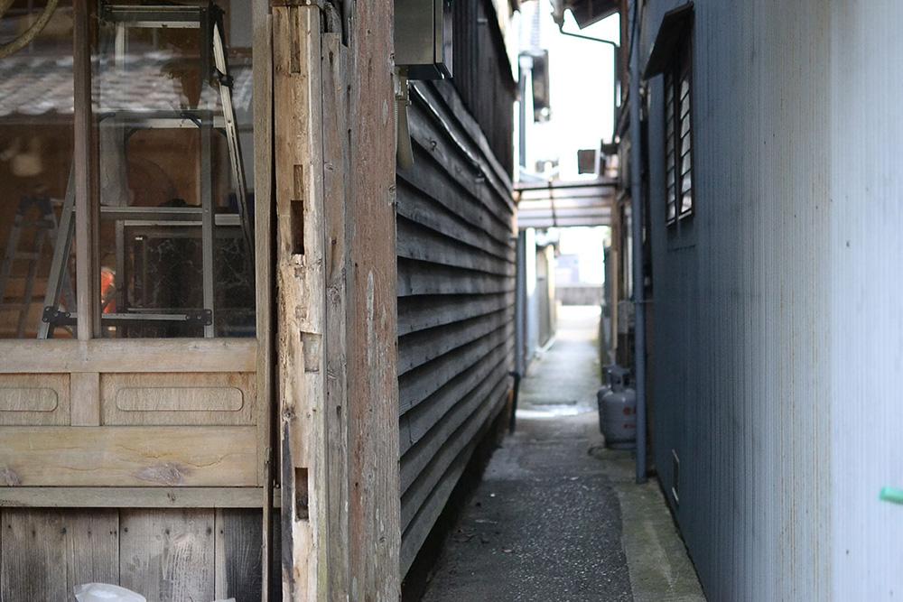 家と家の間の路地。日和佐地区ではこれのことを「あわえ」と呼んでいます