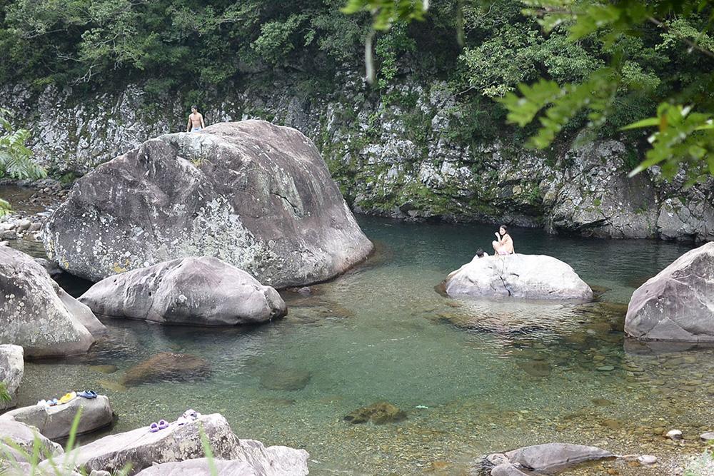 日和佐川のくじら岩。今も昔も、地元民の夏場のレジャースポット